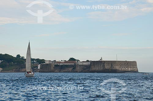Veleiro na Baía de Guanabara com a Fortaleza de Santa Cruz da Barra (1612) ao fundo  - Rio de Janeiro - Rio de Janeiro (RJ) - Brasil