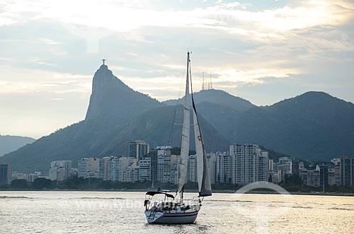 Escuna na Baía de Guanabara com o Cristo Redentor ao fundo  - Rio de Janeiro - Rio de Janeiro (RJ) - Brasil