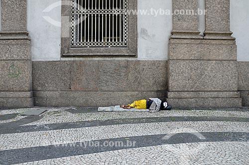 Morador de rua dormindo próximo à Igreja de Nossa Senhora da Candelária  - Rio de Janeiro - Rio de Janeiro (RJ) - Brasil