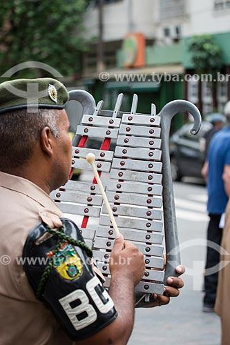 Músico da banda do Primeiro Batalhão de Guardas do Ministério do Exército com um metalofone em forma de Lira durante a procissão em celebração à São Jorge  - Rio de Janeiro - Rio de Janeiro (RJ) - Brasil