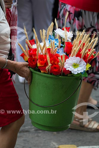 Mulher vendendo de flores artificiais durante a procissão em celebração à São Jorge  - Rio de Janeiro - Rio de Janeiro (RJ) - Brasil