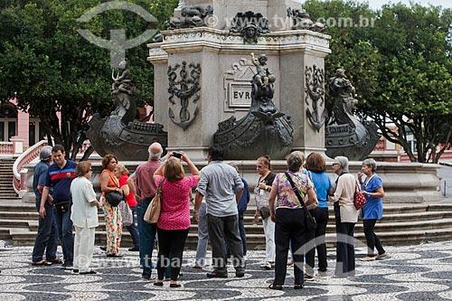 Turistas observando o Monumento à Abertura dos Portos às Nações Amigas (1900) na Praça São Sebastião  - Manaus - Amazonas (AM) - Brasil