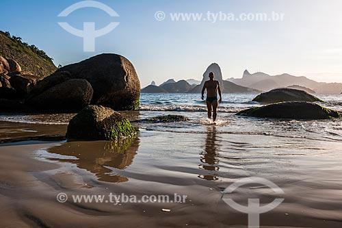 Homem na Praia do Forte Barão do Rio Branco - também conhecida como Praia de Fora - com o Pão de Açúcar ao fundo  - Niterói - Rio de Janeiro (RJ) - Brasil