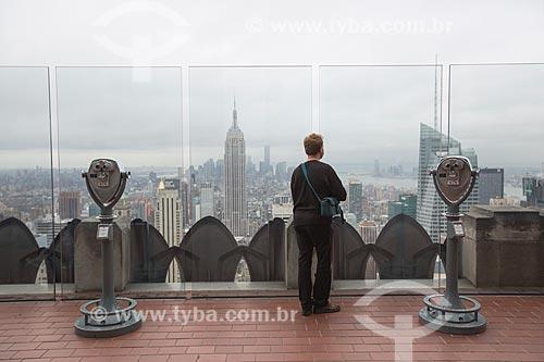 Turista no terraço de edifício no Rockefeller Center Empire State Building ao fundo  - Cidade de Nova Iorque - Nova Iorque - Estados Unidos