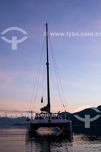 Catamarã ao amanhecer na Baía de Ilha Grande  - Angra dos Reis - Rio de Janeiro (RJ) - Brasil