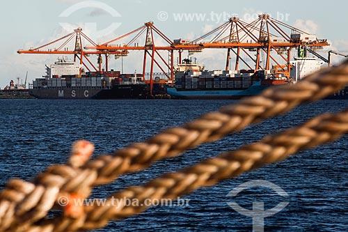 Detalhe de corda no Estaleiro Atlântico Sul com o Complexo Portuário de Suape ao fundo  - Ipojuca - Pernambuco (PE) - Brasil
