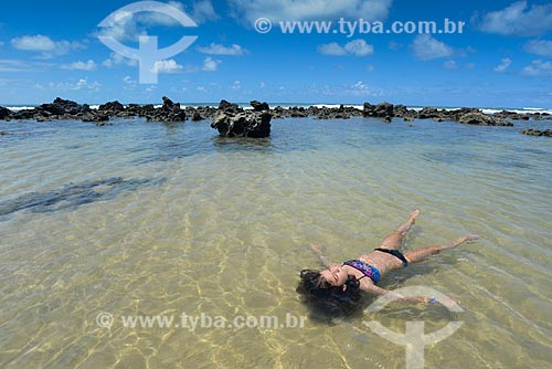 Menina em piscina natural na Baía dos Golfinhos  - Tibau do Sul - Rio Grande do Norte (RN) - Brasil
