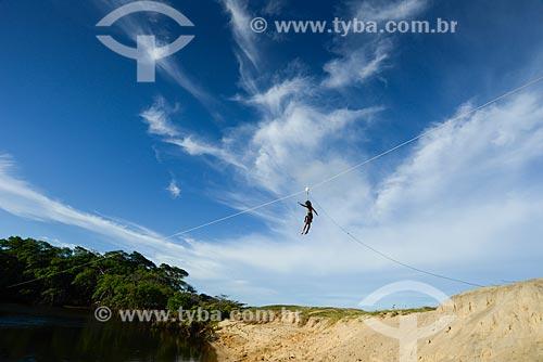 Crianças praticando tirolesa às margens do Rio Guaju  - Baía Formosa - Rio Grande do Norte (RN) - Brasil