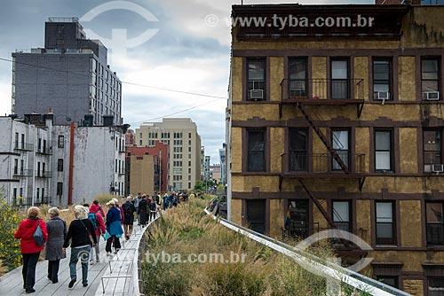 Turistas no High Line - jardim suspenso construído na antiga linha de trem  - Cidade de Nova Iorque - Nova Iorque - Estados Unidos