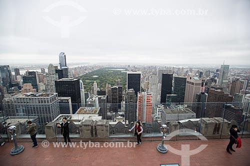 Turistas no terraço do top of the rock - mirante do Rockefeller Center - com o Central Park ao fundo  - Cidade de Nova Iorque - Nova Iorque - Estados Unidos
