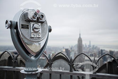 Detalhe de binóculos no terraço do top of the rock - mirante do Rockefeller Center - com o Empire State Building ao fundo  - Cidade de Nova Iorque - Nova Iorque - Estados Unidos