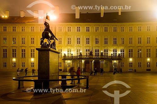 Estátua de São Jorge com palácio presidencial ao fundo  - Praga - Região da Boêmia Central - República Tcheca