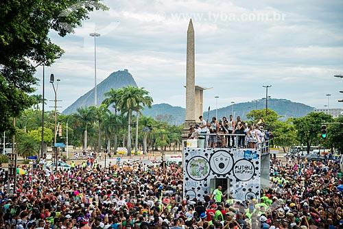 Foliões durante o desfile do bloco de carnaval de rua Cordão do Bola Preta com o Obelisco da Avenida Rio Branco e o Pão de Açúcar ao fundo  - Rio de Janeiro - Rio de Janeiro (RJ) - Brasil