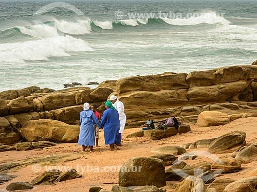Pessoas rezando na Praia de uMhlanga  - Durban - Província KwaZulu-Natal - África do Sul