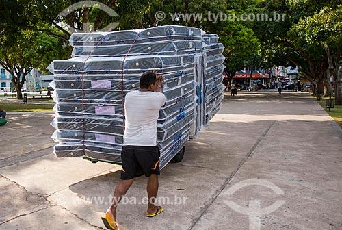 Trabalhador transportando colchões em carrinho de mão  - Belém - Pará (PA) - Brasil