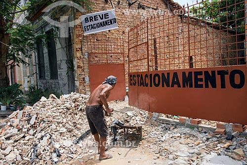 Trabalhador retirando entulho da calçada no centro histórico da cidade  - Belém - Pará (PA) - Brasil