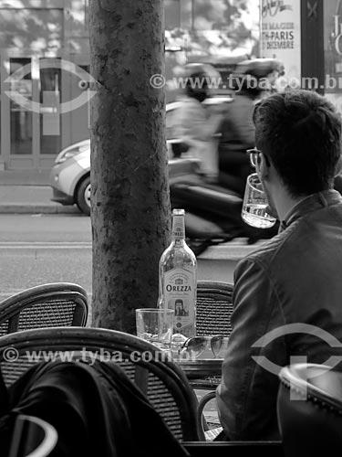 Homem bebendo água em bar  - Paris - Paris - França