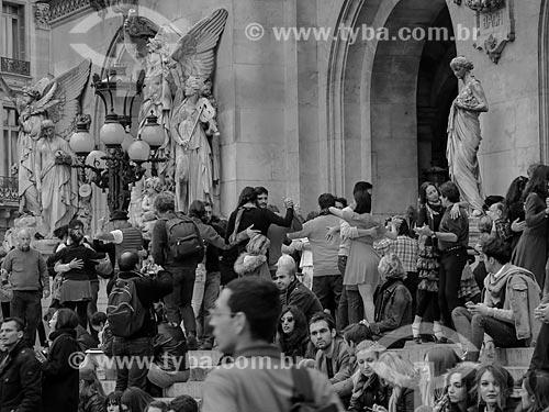 Pessoas dançando tango em frente ao Palais Garnier (Ópera Garnier)  - Paris - Paris - França