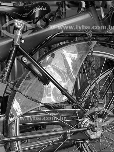 Detalhe de bicicleta com reflexo de prédios de Paris  - Paris - Paris - França