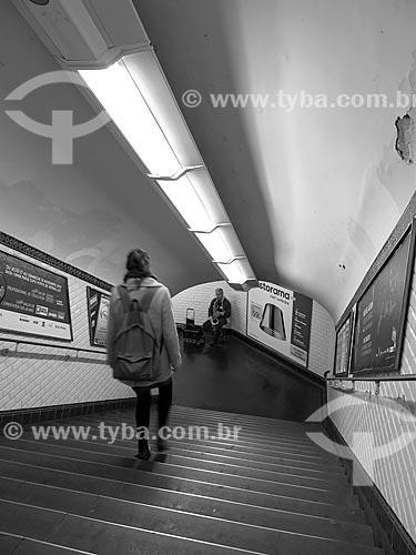Escada de acesso à Estação Madeleine do metrô de Paris com artista de rua ao fundo  - Paris - Paris - França