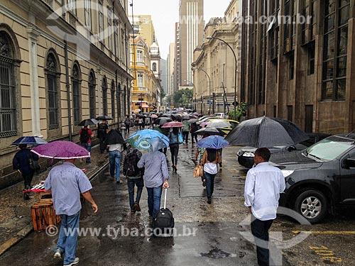 Pedestres caminhando sob chuva  - Rio de Janeiro - Rio de Janeiro (RJ) - Brasil