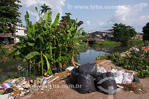 Lixo às margens da Passagem Bom Jesus próximo à Ponte do Galo  - Belém - Pará (PA) - Brasil
