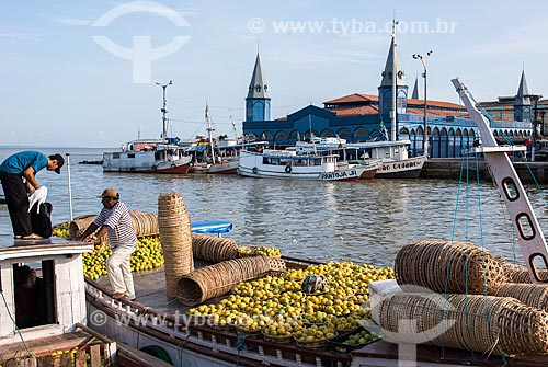 Frutas à venda na Feira do Açaí com o Mercado Ver-o-peso ao fundo  - Belém - Pará (PA) - Brasil