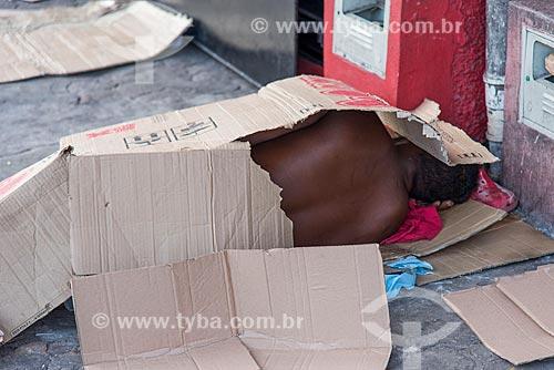 Morador de rua dormindo em frente ao Mercado Ver-o-peso  - Belém - Pará (PA) - Brasil