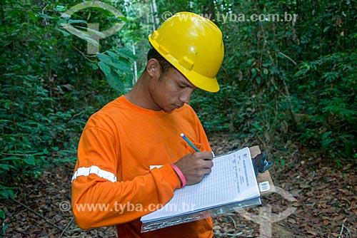 Técnico do Instituto Floresta Tropical (IFT) fazendo inventário das árvores  - Paragominas - Pará (PA) - Brasil