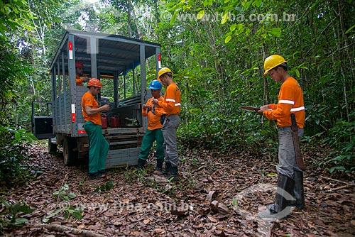 Técnicos do Instituto Floresta Tropical (IFT) fazendo inventário das árvores  - Paragominas - Pará (PA) - Brasil