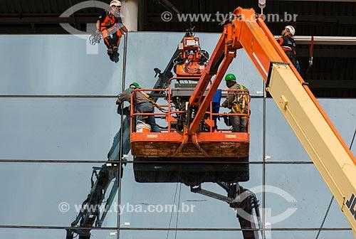 Operários em plataforma elevatória durante a obras de ampliação do Aeroporto Internacional de São Paulo-Guarulhos Governador André Franco Montoro  - Guarulhos - São Paulo (SP) - Brasil