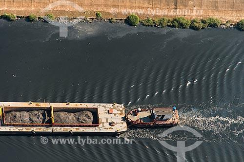 Vista de cima de balsa transportando sujeira retirada do Rio Tietê  - São Paulo - São Paulo (SP) - Brasil