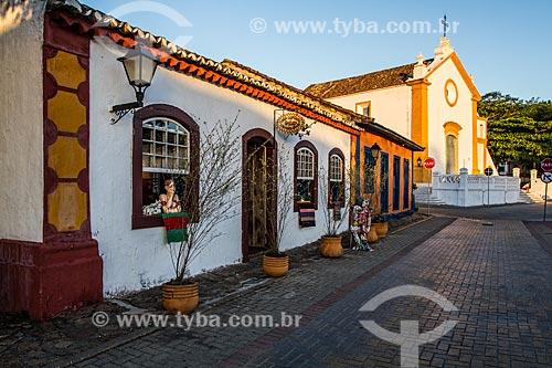 Casarios no centro histórico do bairro de Santo Antônio de Lisboa com a Igreja da Nossa Senhora das Necessidades (1756) ao fundo  - Florianópolis - Santa Catarina (SC) - Brasil