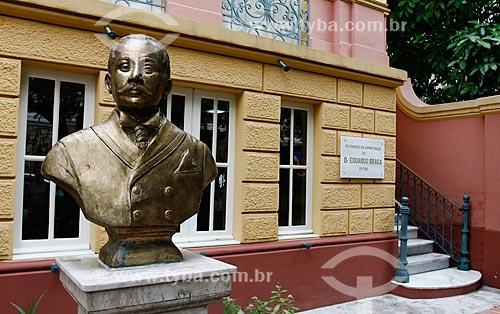 Busto na entrada do Museu Casa de Eduardo Ribeiro - casa em que o ex-Governador do Amazonas Eduardo Gonçalves Ribeiro viveu  - Manaus - Amazonas (AM) - Brasil