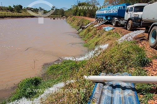 Caminhão pipa abastecendo o reservatório da cidade de Tambaú durante a crise de abastecimento de água  - Tambaú - São Paulo (SP) - Brasil