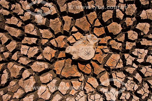 Detalhe do solo do reservatório da cidade de Tambaú durante a crise de abastecimento de água  - Tambaú - São Paulo (SP) - Brasil