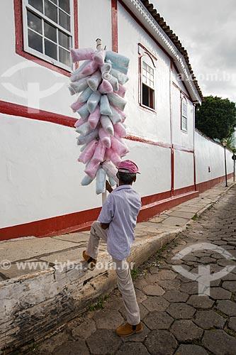 Vendedor de algodão-doce na Rua do Rosário  - Pirenópolis - Goiás (GO) - Brasil