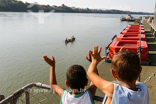 Crianças observam barco no Rio São Francisco  - Pirapora - Minas Gerais (MG) - Brasil