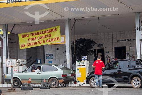 Posto de gasolina com cartaz com os dizeres: não trabalhamos com cartão de crédito e débito  - Pirenópolis - Goiás (GO) - Brasil