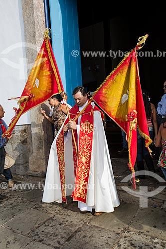 Padre Anevair José Silva recebendo a Bandeira do Divino em frente à Igreja Matriz de Nossa Senhora do Rosário  - Pirenópolis - Goiás (GO) - Brasil