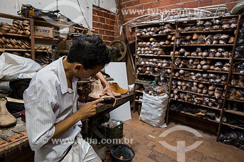 Sapaterio fabricando bota na fábrica e loja de botas Rei do Gado  - Anápolis - Goiás (GO) - Brasil