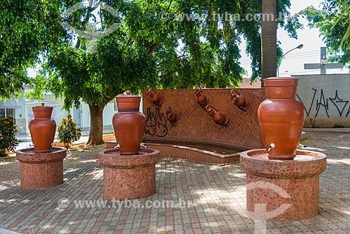Fonte em forma de vasos de cerâmica com torneiras na Praça Padre Donizetti  - Tambaú - São Paulo (SP) - Brasil