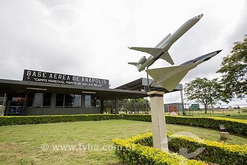 Miniaturas do avião radar R-99A e do avião caça F-5 na entrada da Base Aérea de Anápolis (BAAN)  - Anápolis - Goiás (GO) - Brasil