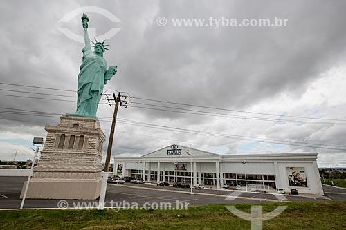 Réplica da Estátua da Liberdade em frente a loja de departamentos Havan  - Anápolis - Goiás (GO) - Brasil