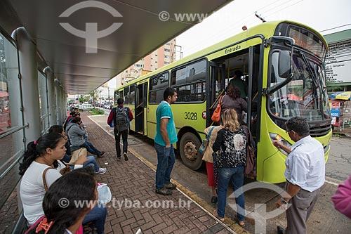 Passageiros embarcando no ônibus na Praça Bom Jesus  - Anápolis - Goiás (GO) - Brasil