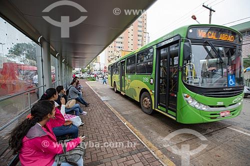 Passageiros em ponto de ônibus na Praça Bom Jesus  - Anápolis - Goiás (GO) - Brasil