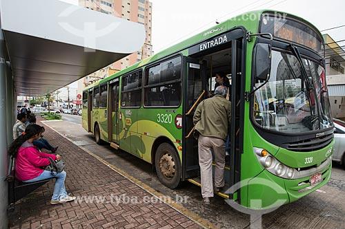 Passageiro embarcando no ônibus na Praça Bom Jesus  - Anápolis - Goiás (GO) - Brasil
