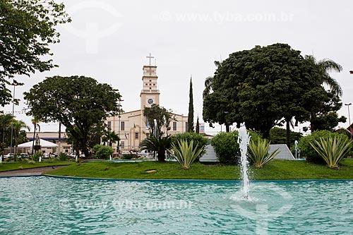 Chafariz na Praça Bom Jesus com Catedral do Senhor Bom Jesus da Lapa ao fundo  - Anápolis - Goiás (GO) - Brasil