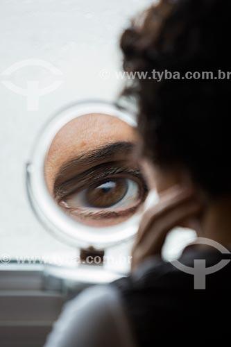 Reflexo de olho de mulher em espelho de maquiagem  - Anápolis - Goiás (GO) - Brasil