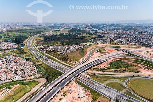 Foto aérea do trevo rodoviário entre o Rodoanel Mário Covas e a Rodovia Ayrton Senna  - Itaquaquecetuba - São Paulo (SP) - Brasil